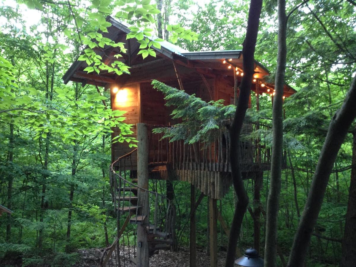 Adirondack Tree House Retreat Glamping