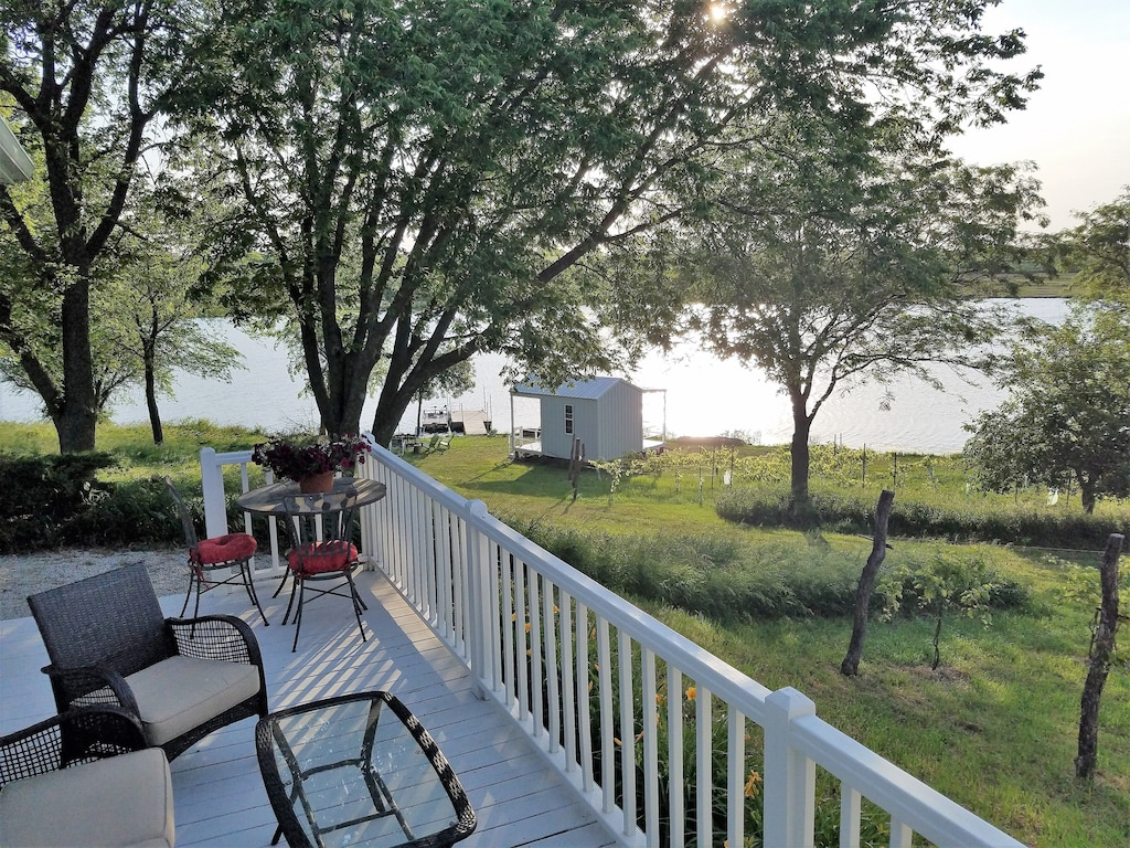 sheah blue vineyard vintage cottage located on 34 acre private lake