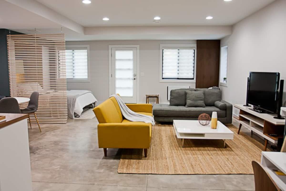 Clean modern studio Airbnb, 6-min drive to University of Michigan