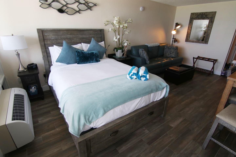 Cozy Couples Getaway - Beachfront Studio Airnnb Daytona Beach Condo