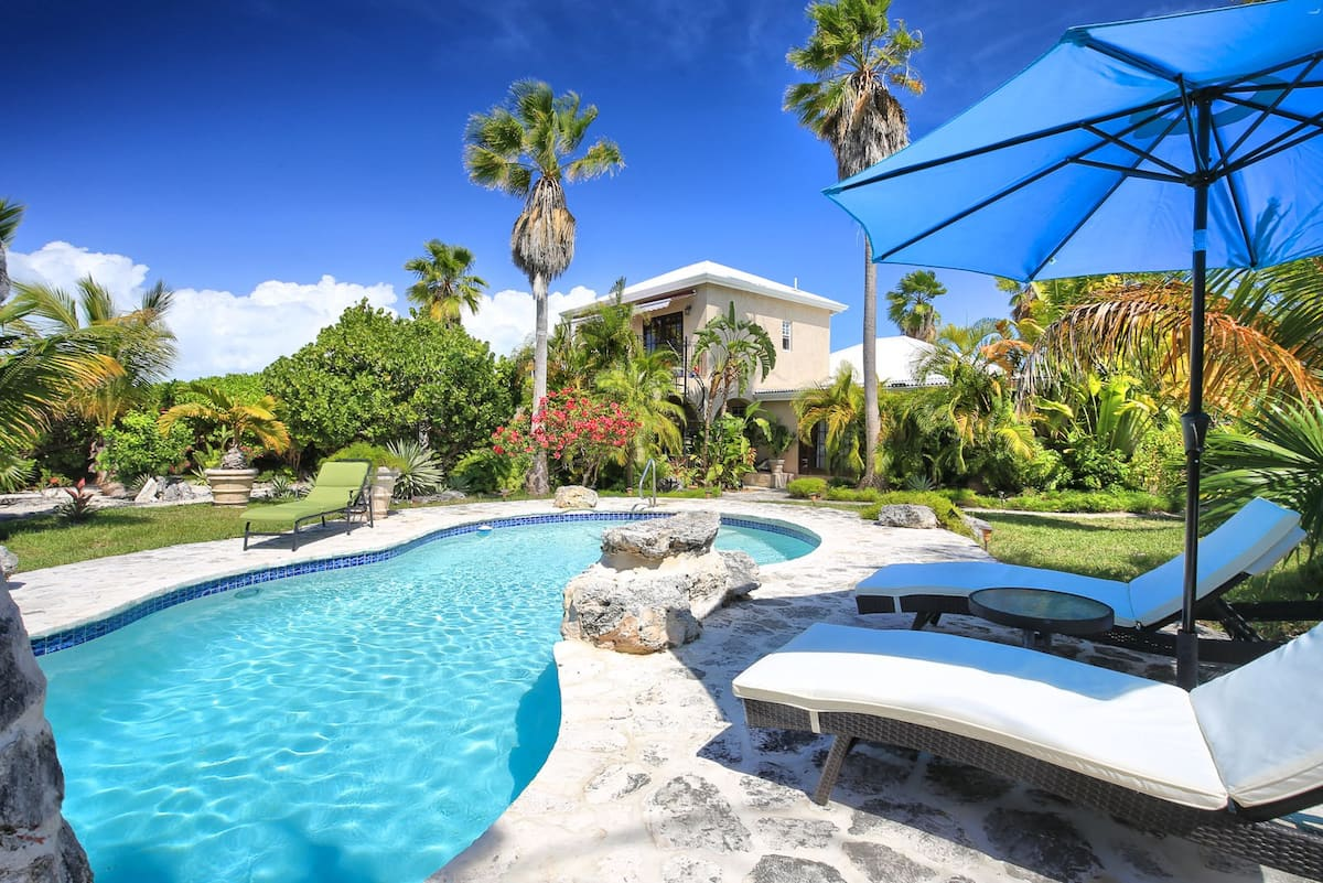 Leisure in Paradise Swimming Pool - Airbnb in Turks ans Caicos