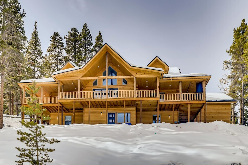 Luxury Cabins in Colorado with hot tub close to slopes and town