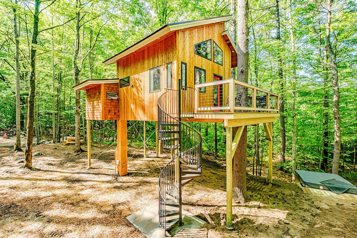 The Canopy Treehouse Airbnb - Glamping in New England
