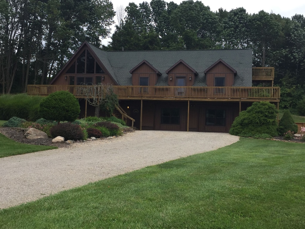 Luxury Cabins in Ohio large sleeps 22 close to town with hot tub