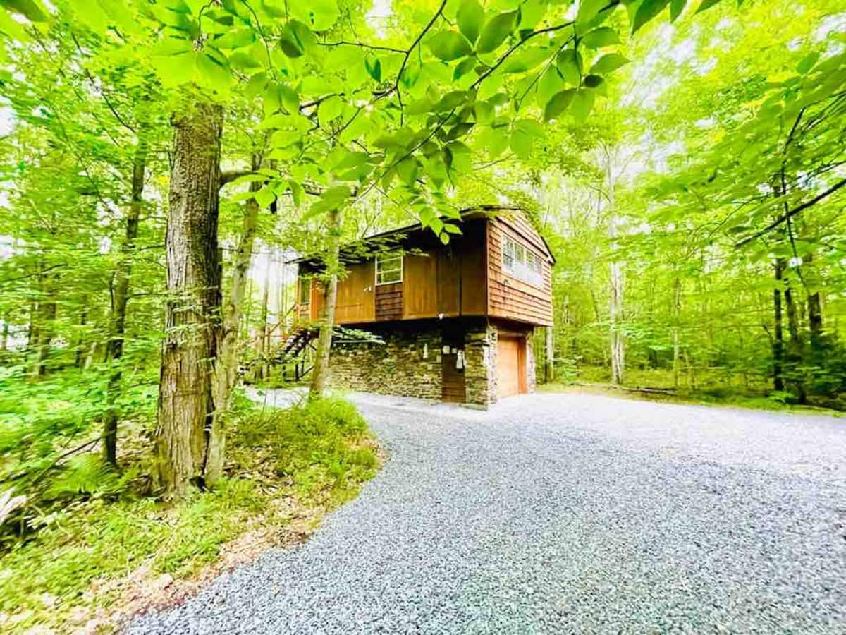 Luxury Cabins in Poconos treehouse close to lakes