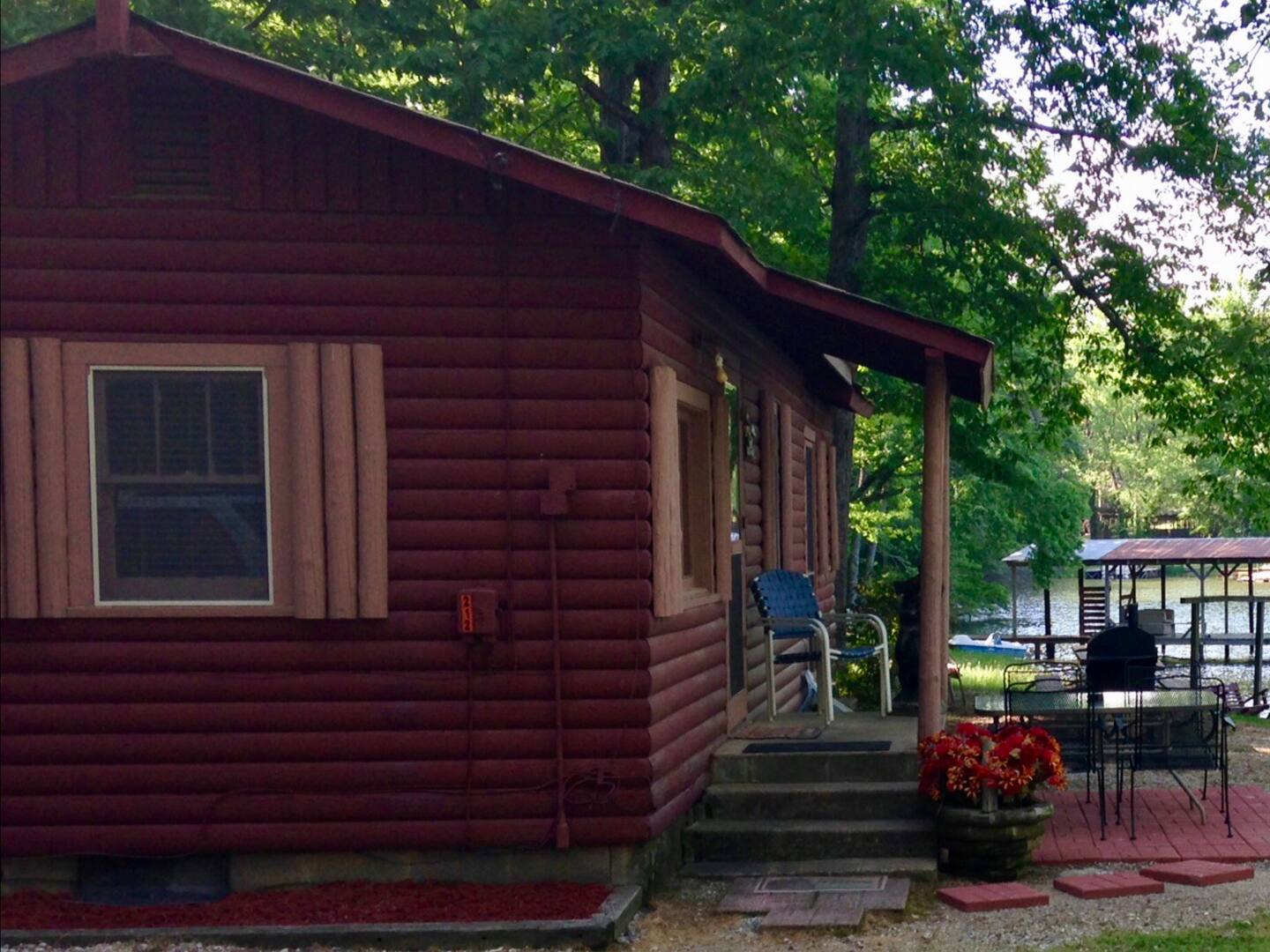Secluded Cabins in Arkansas Lake Hamilton with paddleboat