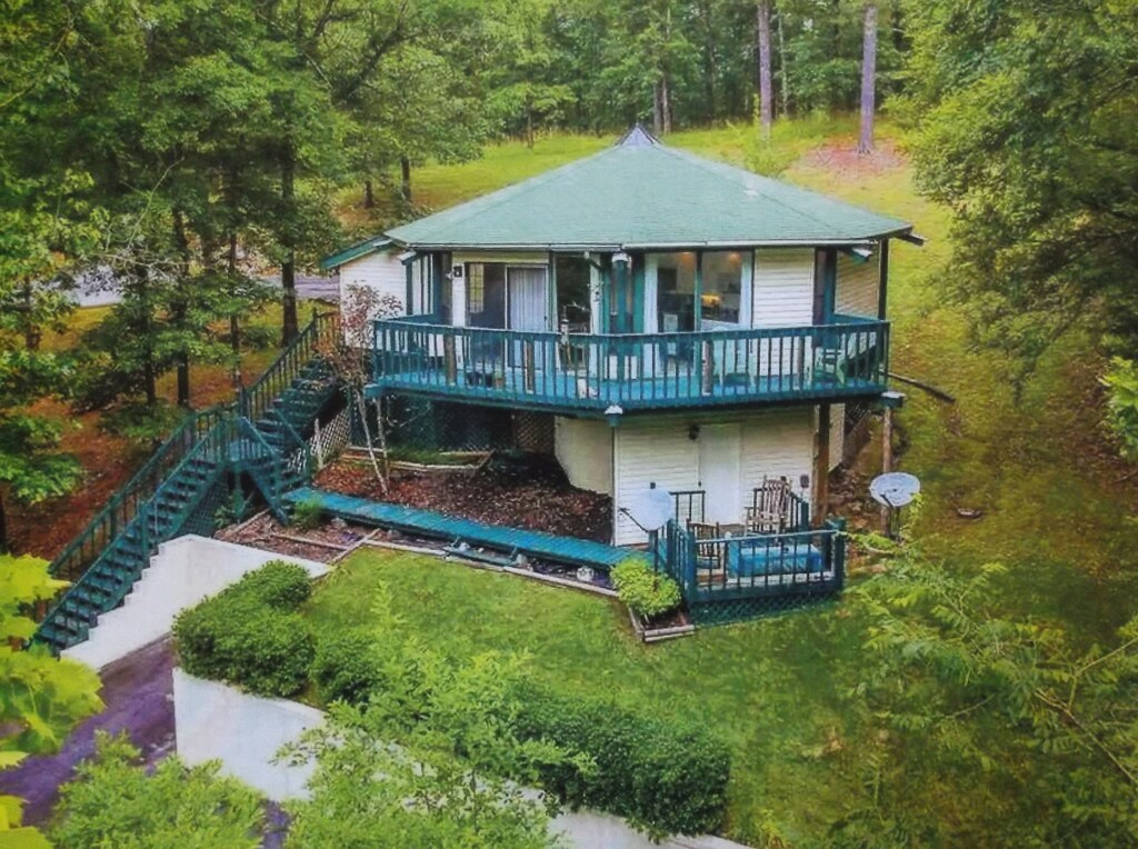 Secluded Cabins in Arkansas with community pool and golf course